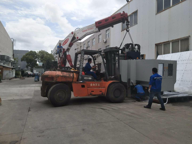 崴泓模塑科技卸大型加工中心卸机到位
