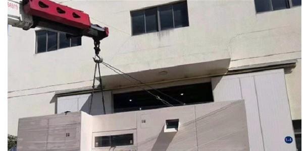 设备吊装中的吊机搬运上楼